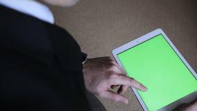 Biznesmen pracuje na holograficznym interfejsie Mężczyzna w kurtce, macanie, projekta ekran, białe ikony na pastylce zbiory
