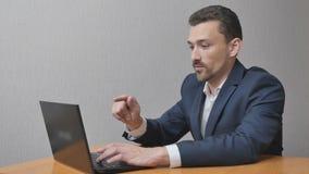 Biznesmen pracuje na laptopów obliczeniach trzy zbiory wideo
