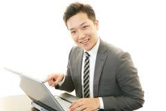 Biznesmen pracuje na laptopie Zdjęcia Royalty Free