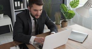 Biznesmen pracuje na laptopie i świętować zbiory