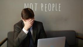 Biznesmen pracuje na laptopie w kawiarni biznesmen jest wzburzony zbiory