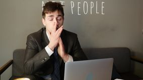 Biznesmen pracuje na laptopie w kawiarni biznesmen jest wzburzony zdjęcie wideo