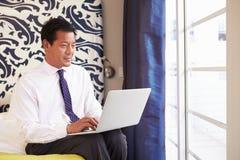 Biznesmen Pracuje Na laptopie W pokoju hotelowym obrazy royalty free