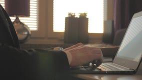 Biznesmen pracuje na laptopie w wieczór zbiory wideo