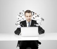 Biznesmen pracuje na notatniku Zdjęcia Stock
