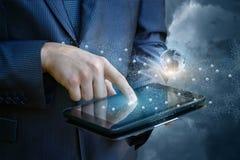 Biznesmen pracuje online na twój komputerze Obraz Stock