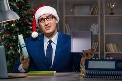 Biznesmen pracuje póżno na święto bożęgo narodzenia w biurze Zdjęcia Stock