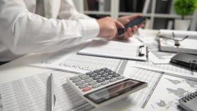 Biznesmen pracuje przy biura i cyrklowania finanse, czyta raporty i pisze biznesowy pieniężnej księgowości pojęcie zdjęcie wideo