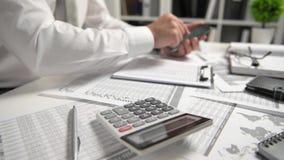Biznesmen pracuje przy biura i cyrklowania finanse, czyta raporty i pisze biznesowy pieni??nej ksi?gowo?ci poj?cie zbiory wideo