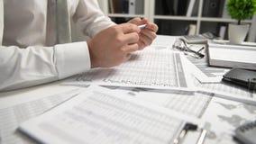 Biznesmen pracuje przy biura i cyrklowania finanse, czyta raporty i pisze biznesowy pieni??nej ksi?gowo?ci poj?cie zdjęcie wideo