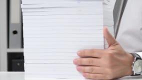 Biznesmen pracuje przy biurem, czyta stert? ksi??ki i raporty biznesowy pieni??nej ksi?gowo?ci poj?cie zbiory