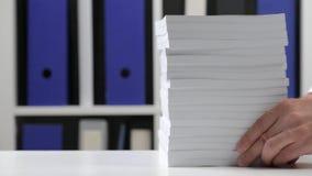 Biznesmen pracuje przy biurem, czyta stert? ksi??ki i raporty biznesowy pieni??nej ksi?gowo?ci poj?cie zdjęcie wideo