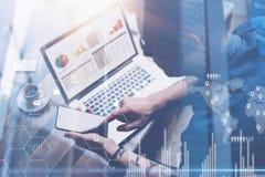 Biznesmen pracuje przy biurem na laptopie Mężczyzna mienia smartphone w rękach Pojęcie cyfrowy ekran, wirtualny związek obrazy royalty free