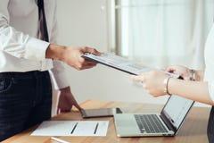 Biznesmen pracuje przy jego biurem z dokumentami i sprawdza dokładność informacja zdjęcie stock
