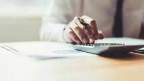 Biznesmen pracuje przy jego biurem z dokumentami i sprawdza dokładność informacja fotografia stock