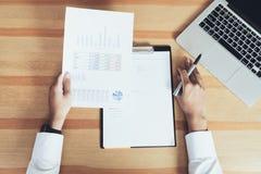 Biznesmen pracuje przy jego biurem z dokumentami i sprawdza dokładność informacja zdjęcie royalty free