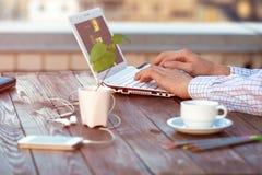 Biznesmen pracuje przy laptopem z biura Obrazy Royalty Free