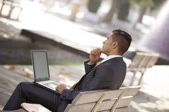 Biznesmen pracuje przy miasto parkiem Fotografia Royalty Free