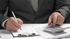 Biznesmen pracuje w biura i cyrklowania finanse wręcza zbliżenie zdjęcie wideo