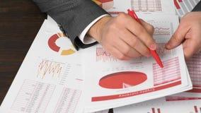Biznesmen pracuje w biurze R?ki i dokumentu zbli?enie zbiory wideo