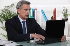 Biznesmen pracuje w jego biurze Zdjęcie Stock