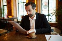 Biznesmen pracuje w kawiarni zdjęcia royalty free