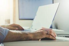 Biznesmen pracuje w nowożytnym biurze z nowożytną technologią wzrostowe mapy, biznesowy pojęcie, strategia, plany rozwoju, teamwo Obraz Stock