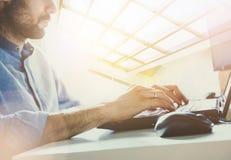 Biznesmen pracuje w nowożytnym biurze z nowożytną technologią wzrostowe mapy, biznesowy pojęcie, strategia, plany rozwoju, teamwo Zdjęcia Stock