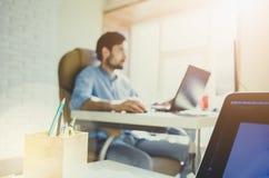 Biznesmen pracuje w nowożytnym biurze z nowożytną technologią wzrostowe mapy, biznesowy pojęcie, strategia, plany rozwoju, teamwo Zdjęcie Royalty Free