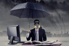 Biznesmen pracuje w sytuaci zanieczyszczenie powietrza Fotografia Royalty Free