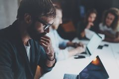 Biznesmen pracuje wraz z projekt drużyną przy pokojem konferencyjnym przy nocy biurem horyzontalny zamazujący tło racy Obraz Royalty Free