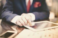 Biznesmen pracuje z cyfrową pastylką przy biurem obraz stock