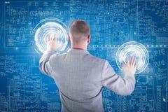Biznesmen pracuje z cyfrowym wirtualnym ekranem; biznesowy concep Obrazy Royalty Free