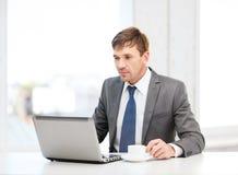 Biznesmen pracuje z laptopem Fotografia Stock
