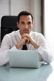 Biznesmen pracuje z laptopem Zdjęcie Stock