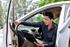 Biznesmen pracuje z laptopem i obsiadaniem w samochodzie zdjęcia royalty free