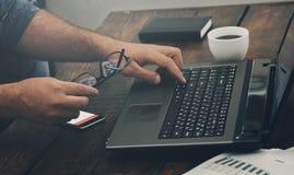 Biznesmen pracuje z laptopu biurem w domu Zdjęcia Royalty Free