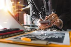Biznesmen pracuje z mądrze laptop, telefonem i cyfrowa pastylka i obraz stock