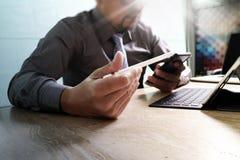 biznesmen pracuje z nowym zaczyna up projekt mądrze używać telefonu Fotografia Stock