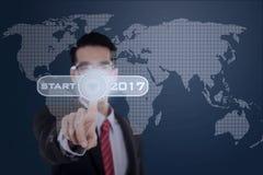 Biznesmen pras początku guzik z 2017 Zdjęcie Stock