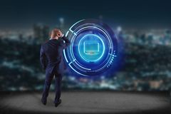 Biznesmen przed ścianą z Shinny technologic komputerowym guzikiem - 3d odpłacają się ilustracji