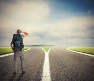 Biznesmen przed crossway musi wybiera? prawego spos?b fotografia stock