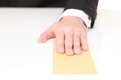 Biznesmen przedkłada kopertę obrazy royalty free