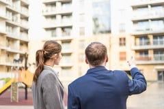 Biznesmen przedstawia nowego mieszkanie bizneswoman Zdjęcia Stock