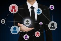 biznesmen przedstawia ogólnospołeczną sieci ikonę z otwartą ręką Zdjęcie Stock