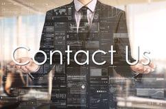 Biznesmen przedstawia teksta kontakt My na wirtualnym ekranie Jest fotografia royalty free