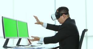 Biznesmen przegląda rzeczywistość wirtualna przyrząd zbiory