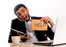 Biznesmen przepracowywający się przy biurem Fotografia Royalty Free