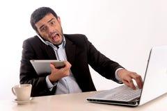Biznesmen przepracowywający się przy biurem fotografia stock