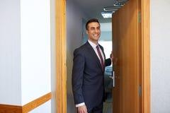 Biznesmen przy pokoju hotelowego lub biura drzwi Zdjęcie Royalty Free